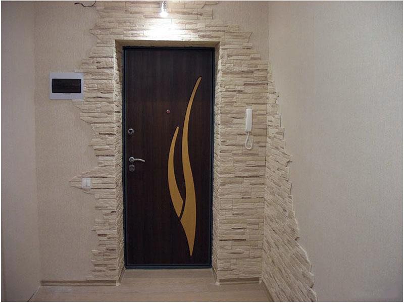 Отделка входной двери и угла декоративной плиткой под камень