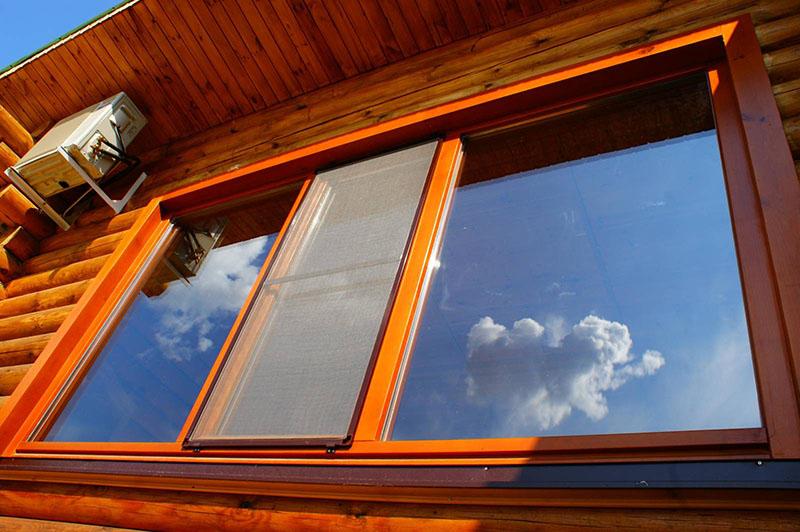 Современные материалы позволяют сделать окно с качественным стеклопакетом, уплотнителем и фурнитурой
