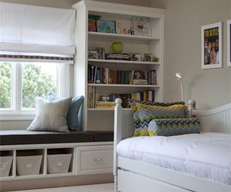Кровать в углу освобождает пространство в центре комнаты