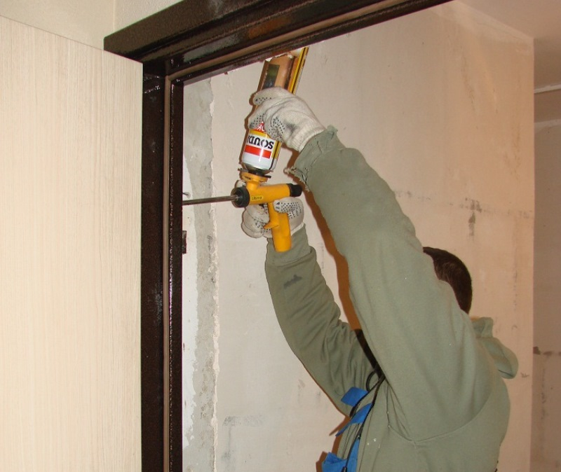 этим перед установкой дверей надо заделывать зазоры дыры выделить условно три