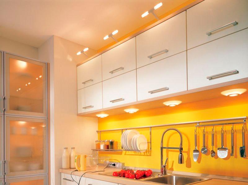 Die Beleuchtung der Arbeitsfläche in der Küche