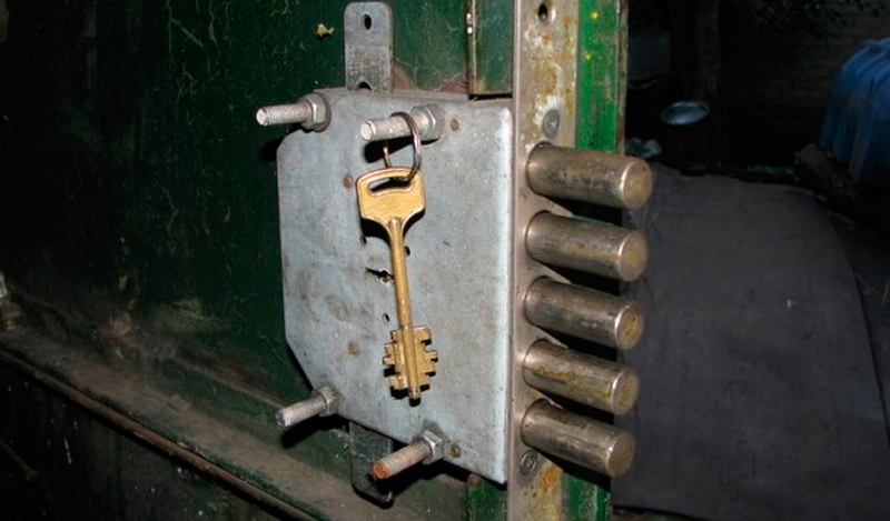 Установить замок на железную дверь