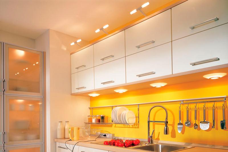 Потолки на кухне со встроенными светильниками