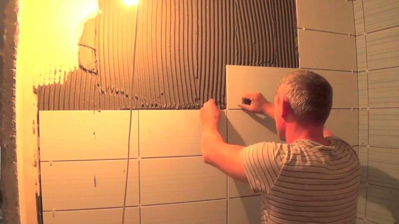 Как положить плитку на стену в ванной своими руками видео
